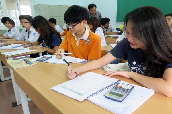 Học sinh lớp 12 ở Hà Nội làm bài kiểm tra và thi trực tuyến từ 28-30/5